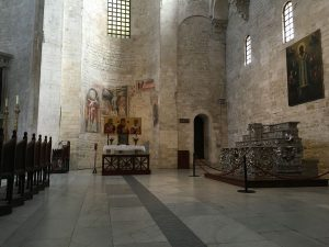 altarul ortodox de sus din catedrala refacuta