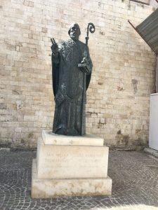 statuia din fata catedralei refacuta
