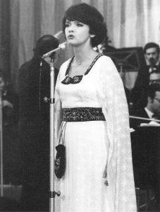 Margareta Paslaru costum stilizat cu traistuta si brau margelat r
