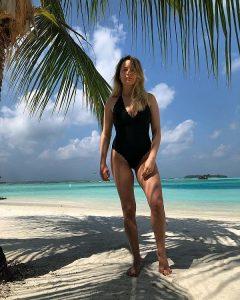 laura cosoi pe plaja in Maldive dupa ce a nascut, r