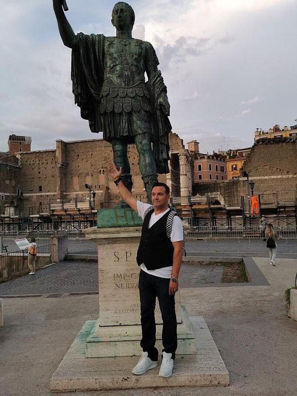 A vizitat si s-a pozat la Forumul Roman din Roma