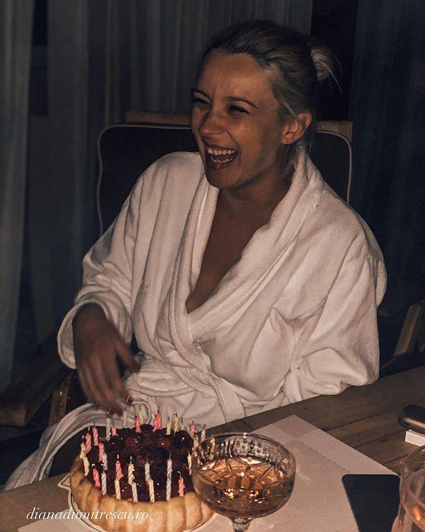 Diana Dumitrescu a împlinit 36 de ani pe 30 septembrie. Actrița a suflat in tort la 12 noaptea, imbracat in capot de casa de culoare alba.