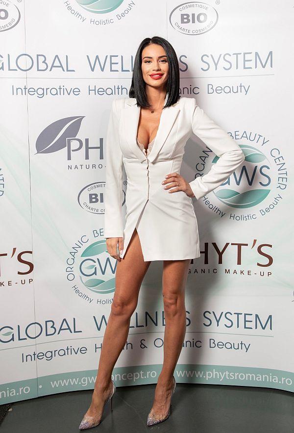 Geanina Ilieș arată extraordinar de bine și are niște picioare frumoase. La lansarea produselor organice ea a purtat un compleu alb, fusta scurta, mini si taior.