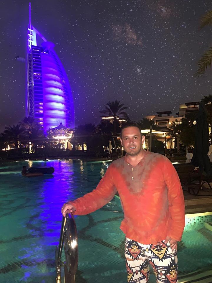 Rares Borlea, raoul a facut baie in Dubai , aici in marea verde de smarald, iar ins pate cladirile inalte
