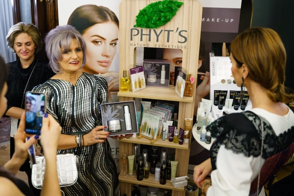 Aurelia Dumitru, manager la Natulique și Phyt s și Geanina Ilieș, Rona Hartner aparitie magazin Antonia NAe