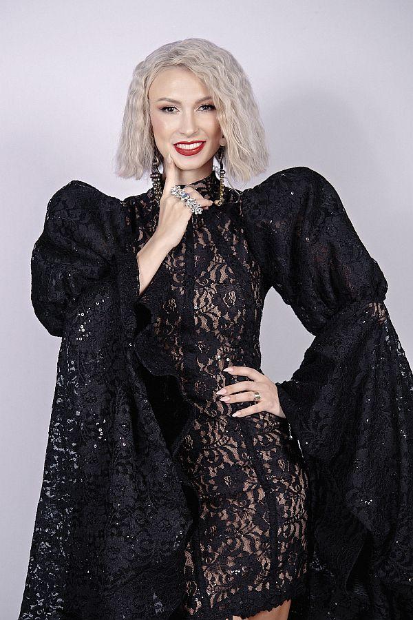 Andreea Balan intr-o rochie superba de culoare neagra imbracata